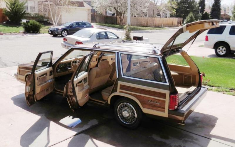 D Chrysler Town Country Woodie Wagon Exterior Doors Open on 1991 Dodge Daytona Rt